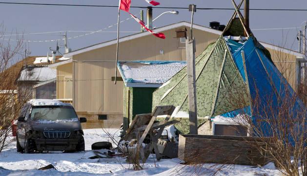 Los restos de la bandera de Canadá, sobre Attawapiskat.