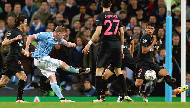Kevin De Bruyne, de Manchester City, anota ante el Paris Saint-Germain.