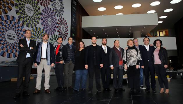 El elenco de actores y directores de 'Nabucco' en el hall del Baluarte ayer por la mañana.
