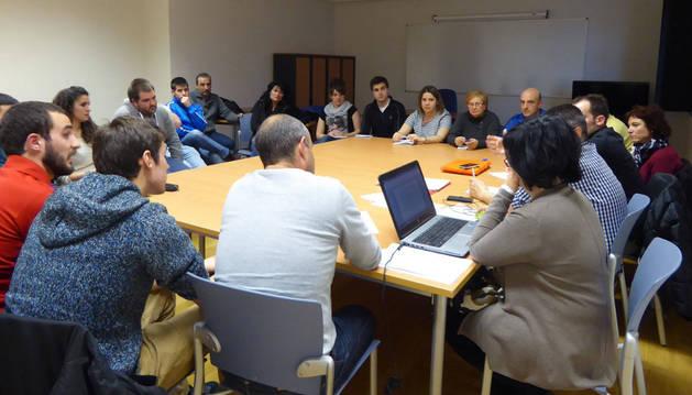 Asistentes a la comisión abierta de fiestas celebrada el 8 de abril en la casa de cultura.
