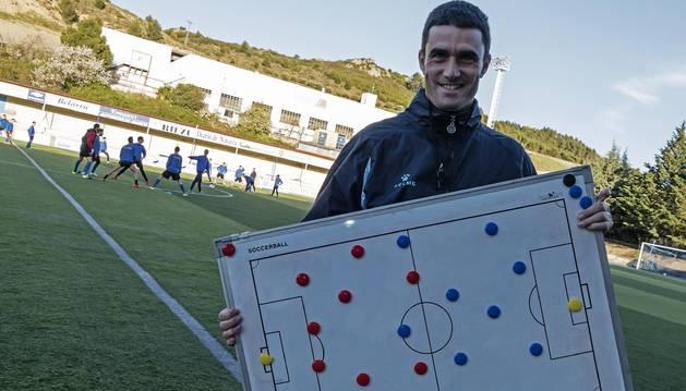 Sergio Amatriain, técnico del Izarra, ayer por la tarde en el entrenamiento de su equipo.