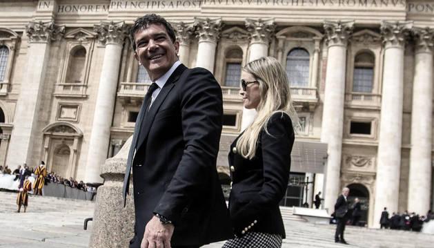 El actor español Antonio Banderas y su novia Nicole Kimpel llegan a la plaza de San Pedro.