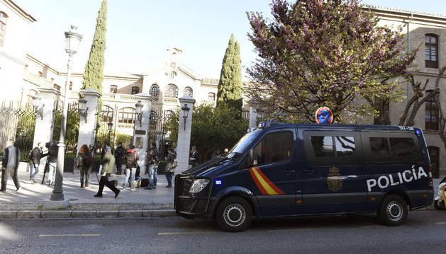 La Unidad contra la Delincuencia Económica y Fiscal de la Policía custodia la entrada de la sede de Urbanismo del Ayuntamiento de Granada.