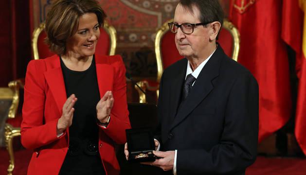 El periodista Gabriel Imbuluzqueta, junto a Yolanda Barcina, tras recoger una de las cruces de Carlos III el Noble de 2015.