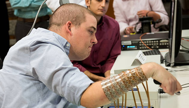 Un implante permite usar las manos a un joven con tetraplejia