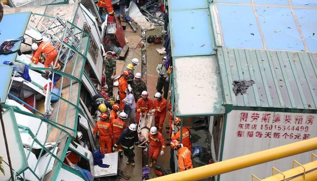 Una grúa ha caído en unasobras de la localidad meridional china de Mayong.