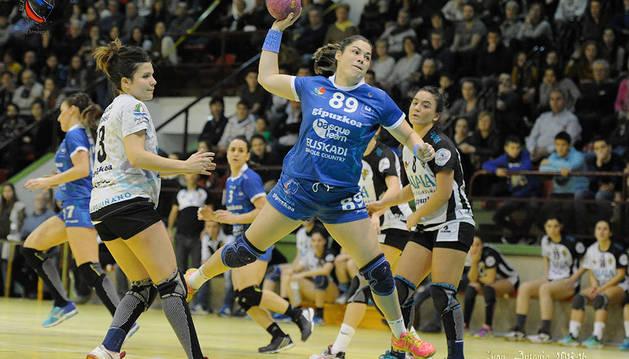 La pivote de Estella Silvia Ederra durante un encuentro con su equipo, el Bera Bera.