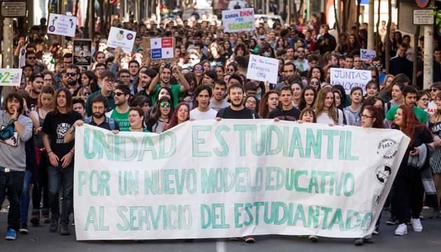 Manifestación de estudiantes por las calles del centro de Murcia.