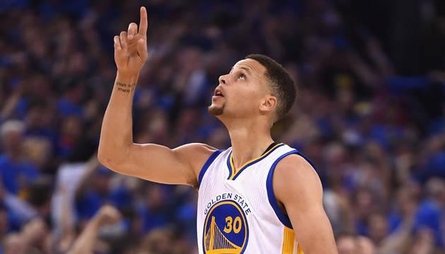 El jugador de los Golden State Warriors, Stephen Curry (d), celebra un triple.