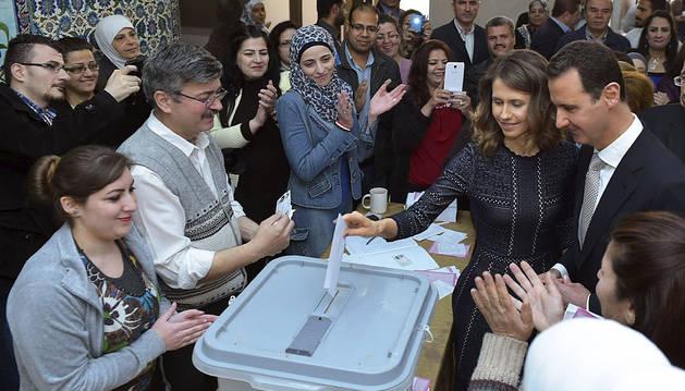 El presidente sirio Bashar al-Assad y su esposa Asmaa, emitiendo su voto en un colegio electoral en Damasco.