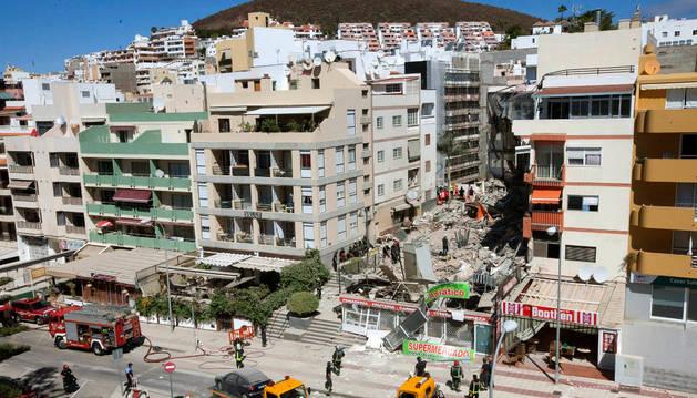 Derrumbe de un edificio en la calle Valle Menéndez, en Los Cristianos (Tenerife).