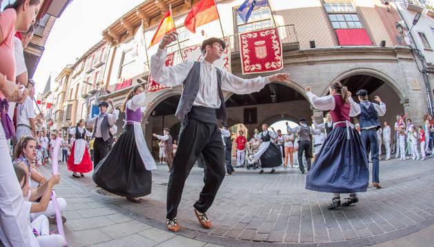 Bailes de los dantzaris del grupo Rocamador en la tarde del primer día de fiestas de 2015.