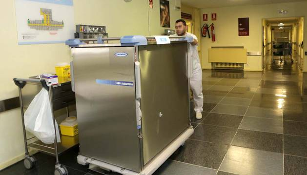 Trasladar carros de comida en el hospital también es tarea del celad