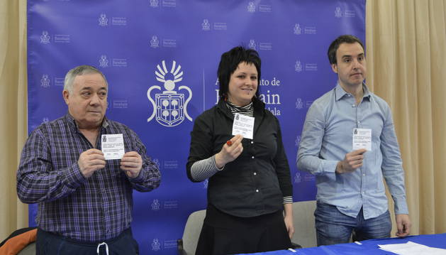 Ainhoa Oyaga (c), acompañada por Ioseba Uriz (d) y Juan María Olleta (i).