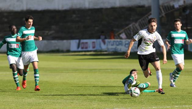 Iván Martín se marcha de dos rivales.