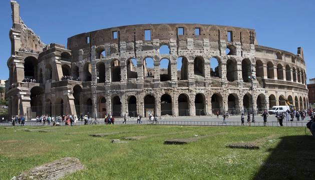 El Coliseo luce en un día soleado tras la retirada de los andamios al finalizar su limpieza en Roma (Italia
