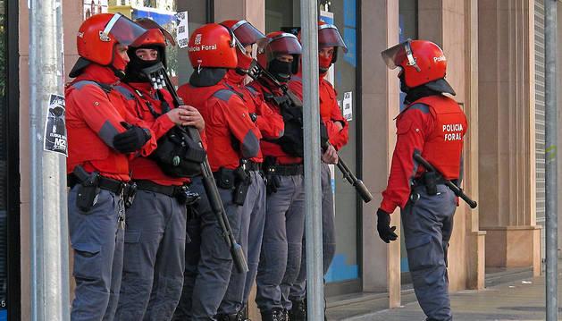 Agentes antidisturbios de la Policía Foral, en Estella durante la huelga general de marzo de 2012.