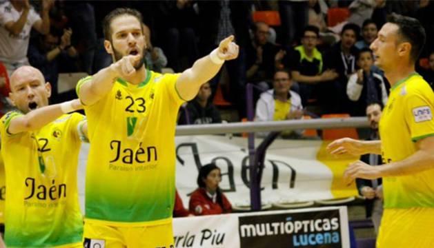 Solano, jugador del Jaén Paraíso Interior celebra un gol junto a sus compañeros.