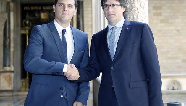 El presidente catalán, Carles Puigdemont (d), al inicio de la reunión con el líder de Ciudadanos, Albert Rivera (i).