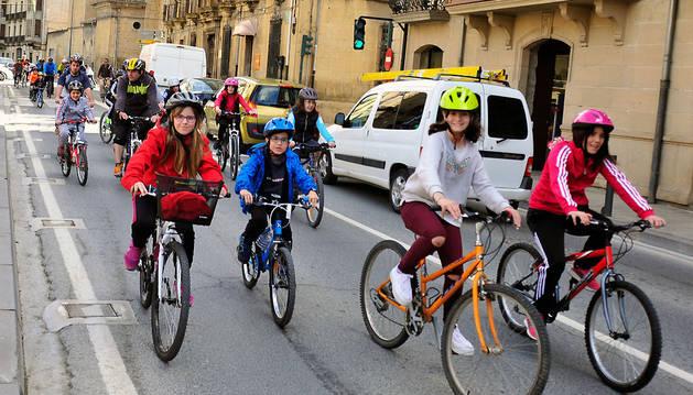 Un grupo de ciclistas ayer en su recorrido por la avenida de Severino Fernández de Tafalla.