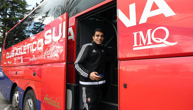 El juvenil Jaime Dios se sube al autobús en las instalaciones de Tajonar.
