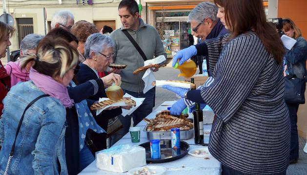Instante de la degustación de tostadas que abrió ayer el programa de actos.