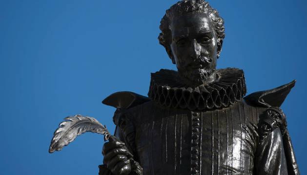 Imagen de una escultura de Cervantes de Alcalá de Henares.