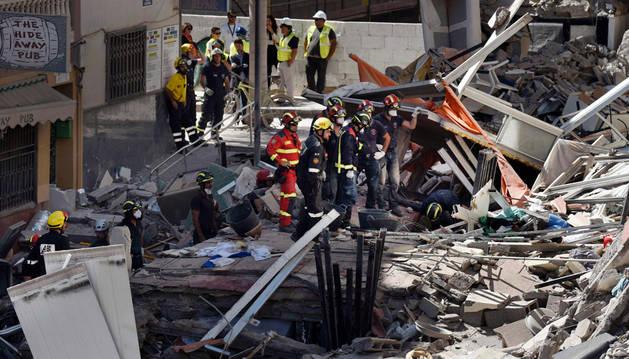 Encuentran dos cadáveres entre los escombros del edificio derrumbado