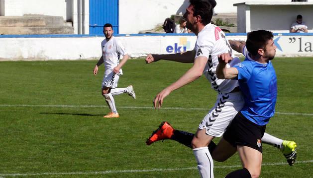El central Bardal, capitán de la Cultural, y el delantero de la Peña Sport Isaac Manjón disputan un balón.