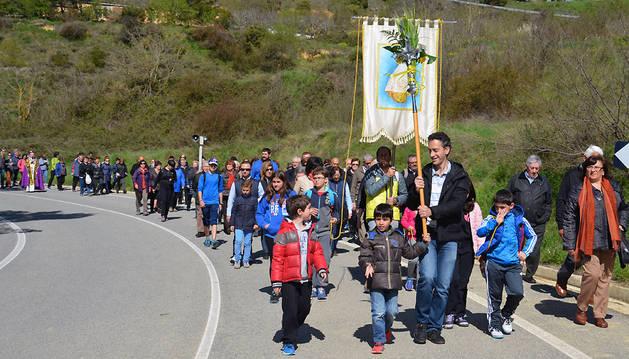Los romeros peralteses ayer durante el Via Crucis en la Romería a Ujué.