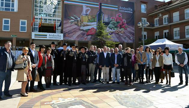 Los invitados y organizadores de Andosilla Gastronómica en la plaza San Cosme y San Damián, en la  tuvieron lugar las degustaciones y ventas.