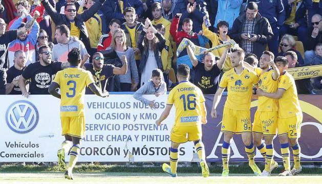 El Alcorcón celebra uno de los goles al líder.