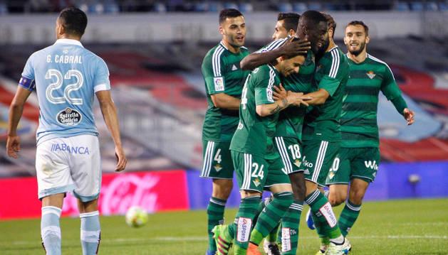 Los jugadores del Bestis celebran el primer gol del equipo frente al Celta de Vigo.