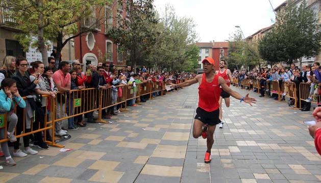 El atleta Hicham Hafidi entra en la meta instalada en la calle Herrerías de Tudela. Tras él, Luis Clausín, segundo clasificado de la prueba.
