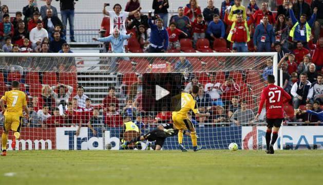 Roberto Torres marca desde los once metros.