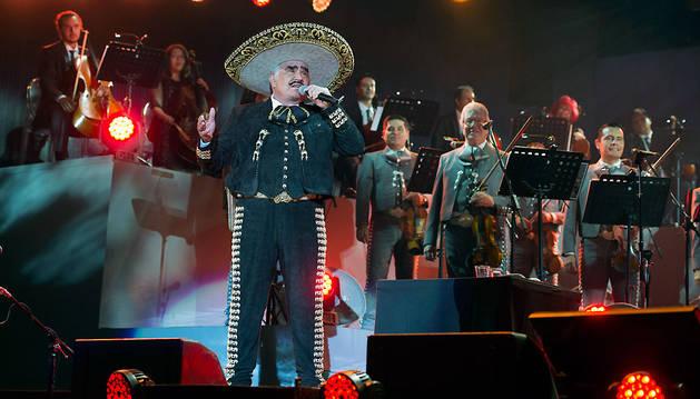 El cantante mexicano Vicente Fernández se presenta durante su concierto en Ciudad de México.