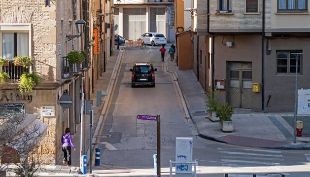 Un vehículo sube por la calle Astería, que tendrá sólo circulación ahora en ese sentido.