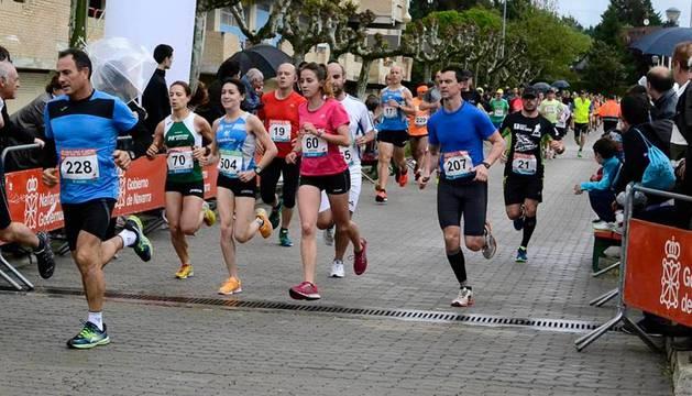 Un grupo de corredores, por las calles de Zizur Mayor en la edición de la Carrera Camino de Santiago  del año pasado. Se disputa el domingo.