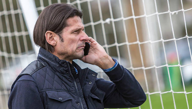 Pedja Vasiljevic, pendiente del teléfono en las instalaciones de Tajonar.