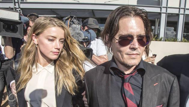 Pena leve para mujer de Johnny Depp por la entrada ilegal de perros en Australia