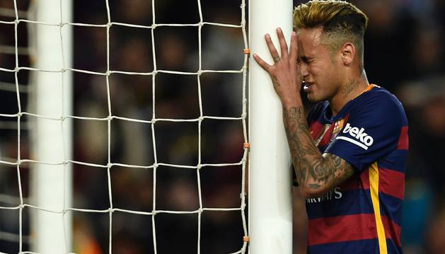 Neymar se lamenta durante el partido contra el Valencia.