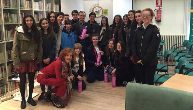 José Ignacio Roldán, recibe uno de los 22 mensajes en una botella rosa de los alumnos de Jesuitas.