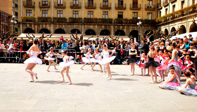 Uno de los grupos de bailarinas que actuaron el sábado.