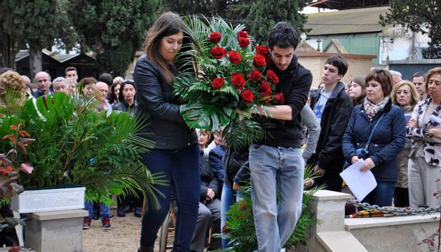 Un momento del acto de homenaje en el cementerio.