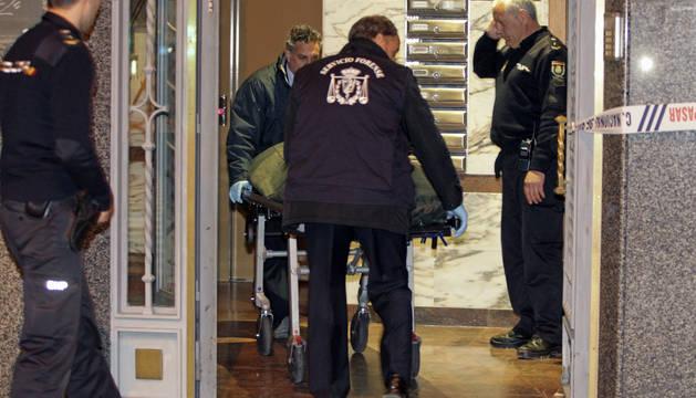 Efectivos de los servicios funerarios trasladan el cuerpo de la mujer que apareció muerta en una vivienda del sexto piso de un edificio sito en el Paseo de la Estación de Salamanca.