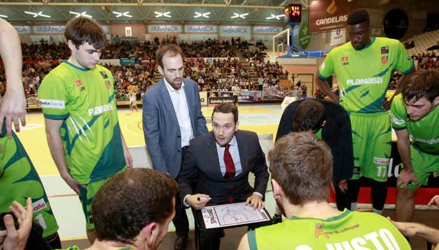 El entrenador Carlos Frade da instrucciones a sus jugadores en el último partido ante Lugo.