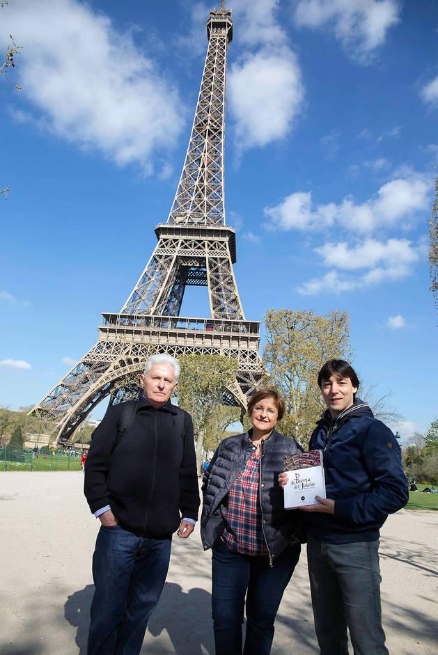 Luis Durán, Blanca Aldanondo y Diego Carasusán ante la torre Eiffel.