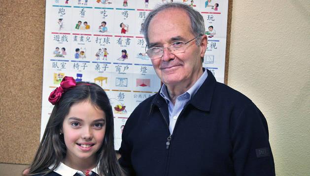 Los pamploneses Elisa Azqueta García, de 10 años y alumna de 4º de Primaria de Miravalles; y su abuelo José Javier Azqueta Larralda, de 71, en la academia donde estudian juntos chino.
