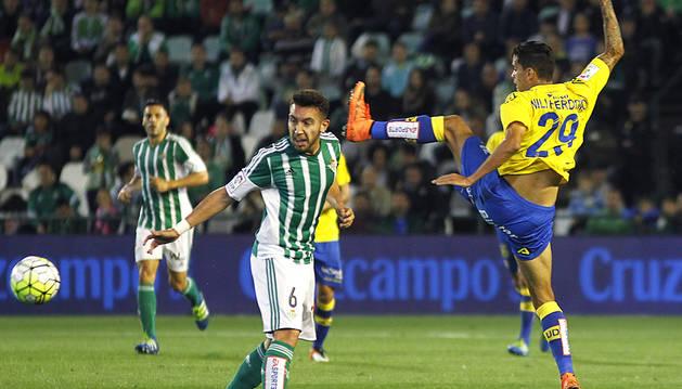El centrocampista de Las Palmas Francisco José Perdomo lanza ante el defensa del Betis Francisco Javier Varela.