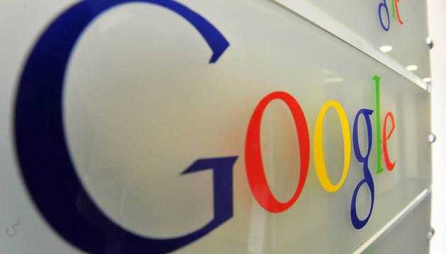 Logo de Google en la entrada de sus oficinas en Bruselas.